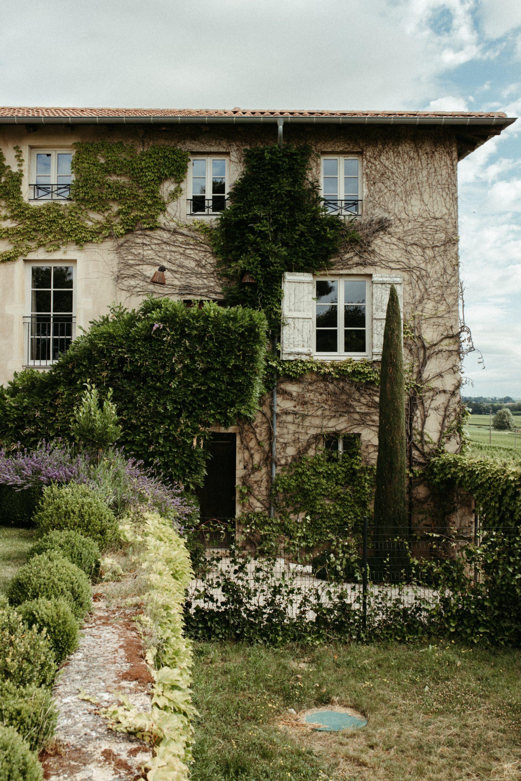 UTOPICLOVERS20200702 – EDITO Jérémie Sésanne Lajarveniere 6782 scaled - Un mariage élégant et végétal dans le Beaujolais