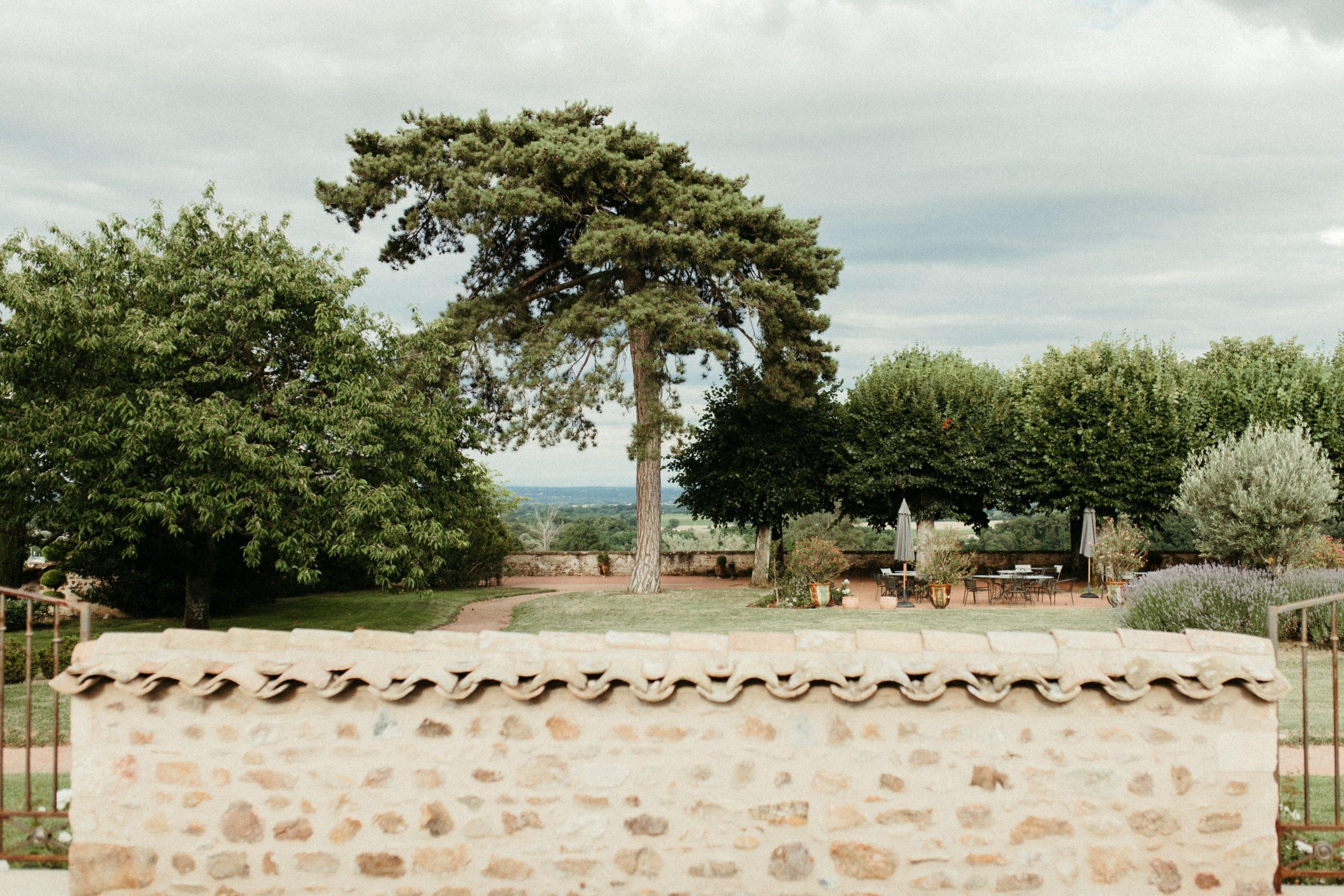 UTOPICLOVERS20200702 – EDITO Jérémie Sésanne Lajarveniere 8675 scaled - Un mariage élégant et végétal dans le Beaujolais