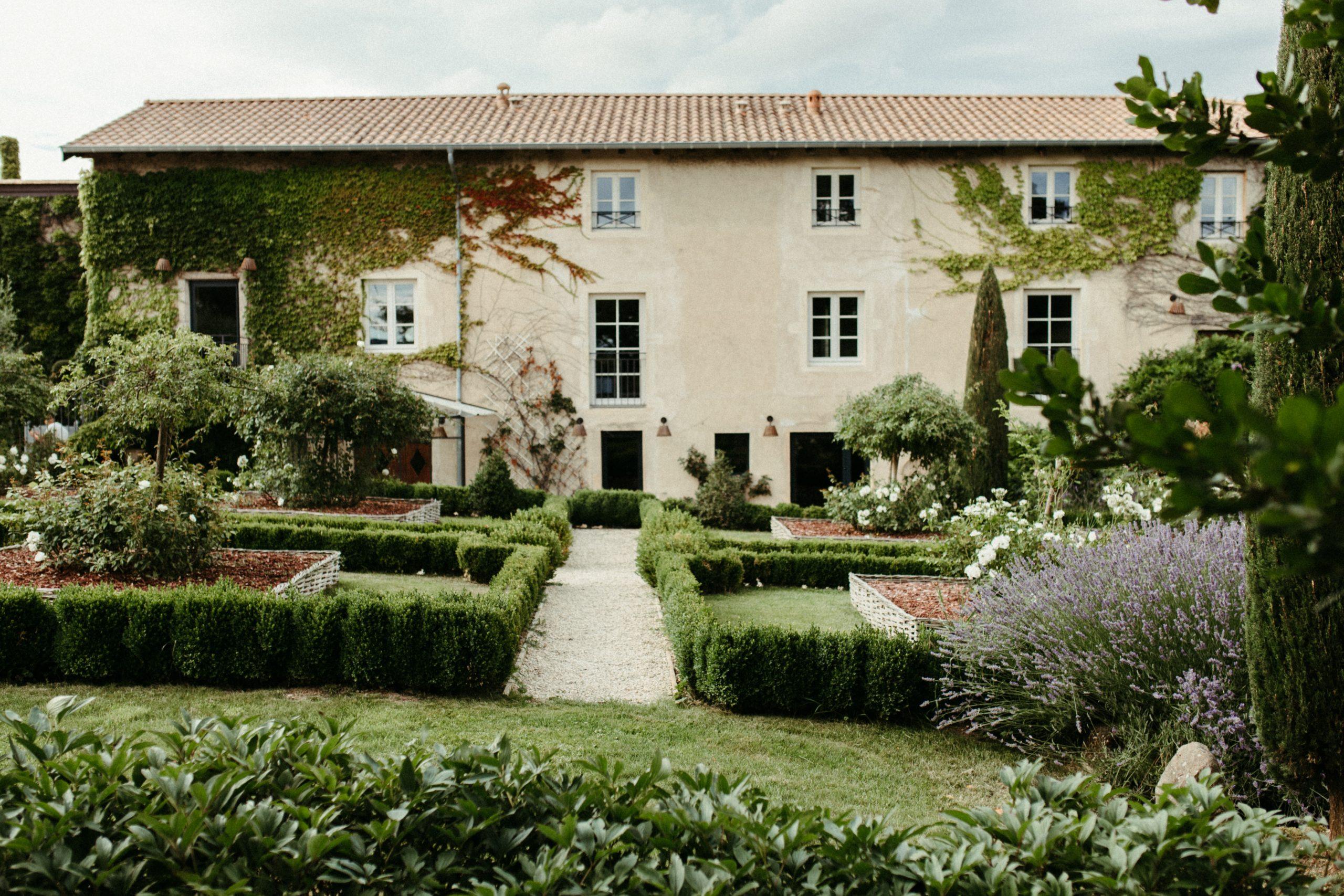 UTOPICLOVERS20200702 – EDITO Jérémie Sésanne Lajarveniere 8694 1 scaled - Un mariage élégant et végétal dans le Beaujolais