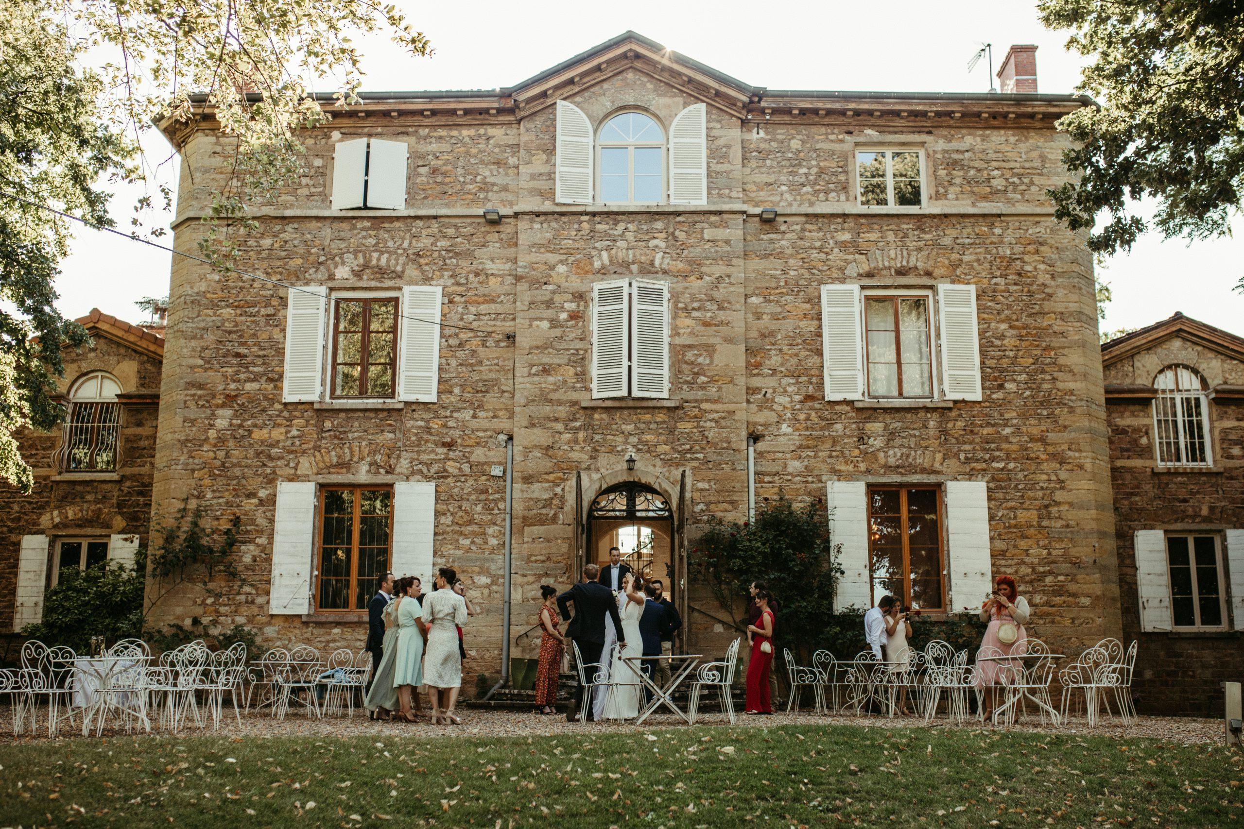 UTOPICLOVERS20200718 – MARIAGE Segolene Thomas 11375 1 scaled - Un mariage simple et joyeux au Manoir Tourieux dans le beaujolais.