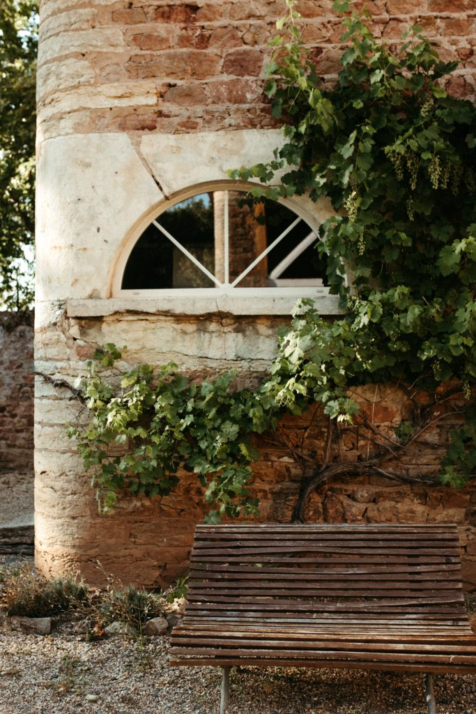 UTOPICLOVERS20200718 – MARIAGE Segolene Thomas 9740 683x1024 - Un mariage simple et joyeux au Manoir Tourieux dans le beaujolais.