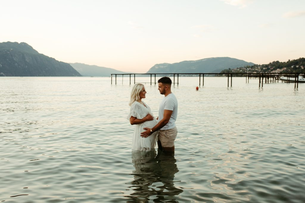 UTOPICLOVERS20200821 – MATERNITE MarArt 22554 1024x683 - Une séance maternité d'été  au lac du Bourget.