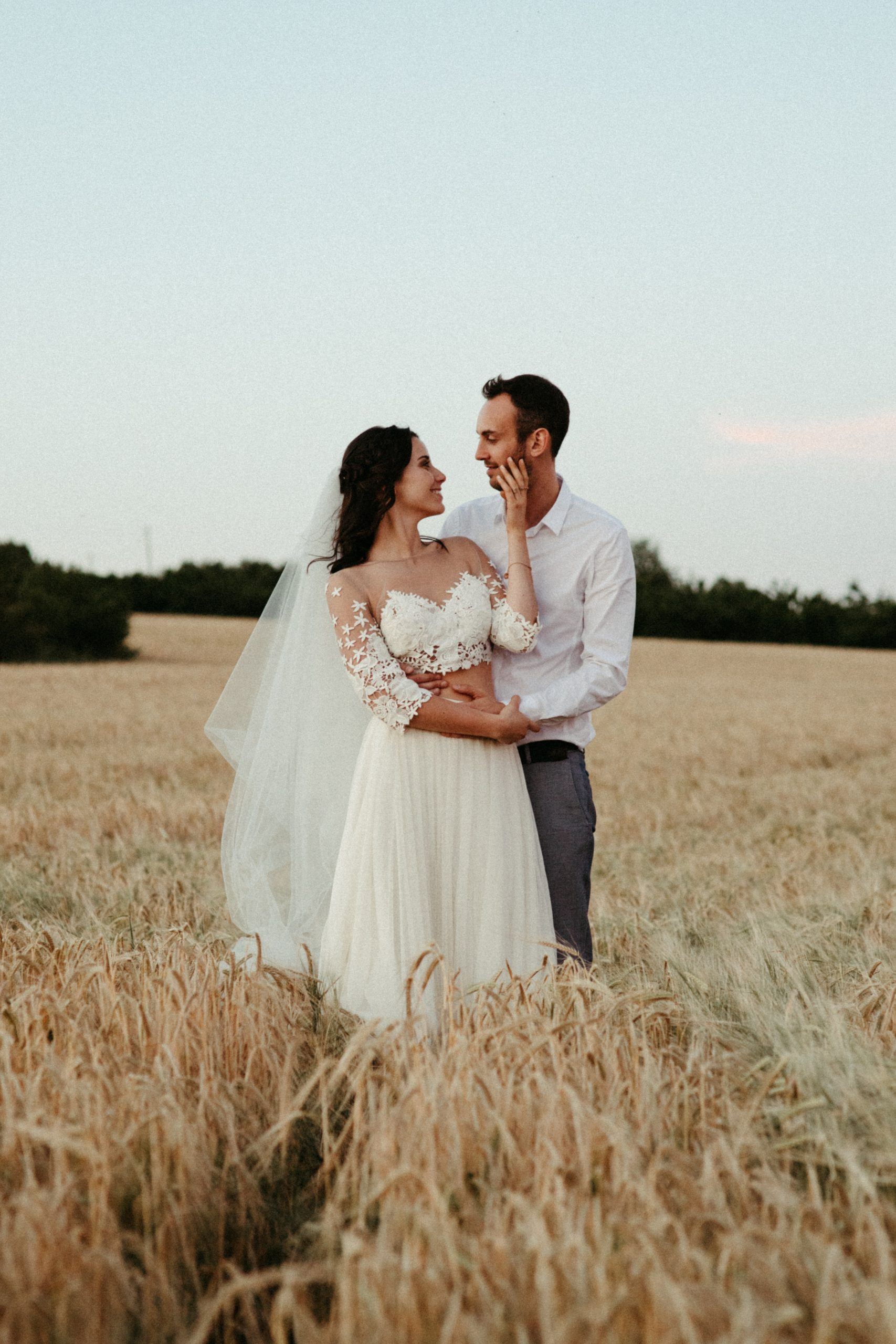 UtopicLovers film photo Mariage Elopement 2019 23 1 scaled - Une fugue amoureuse dans les champs de blé à 1h de Lyon.