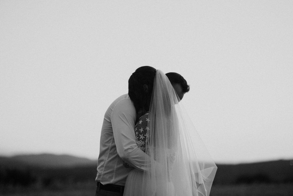 UtopicLovers film photo Mariage Elopement 2019 27 1 1024x683 - Une fugue amoureuse dans les champs de blé à 1h de Lyon.