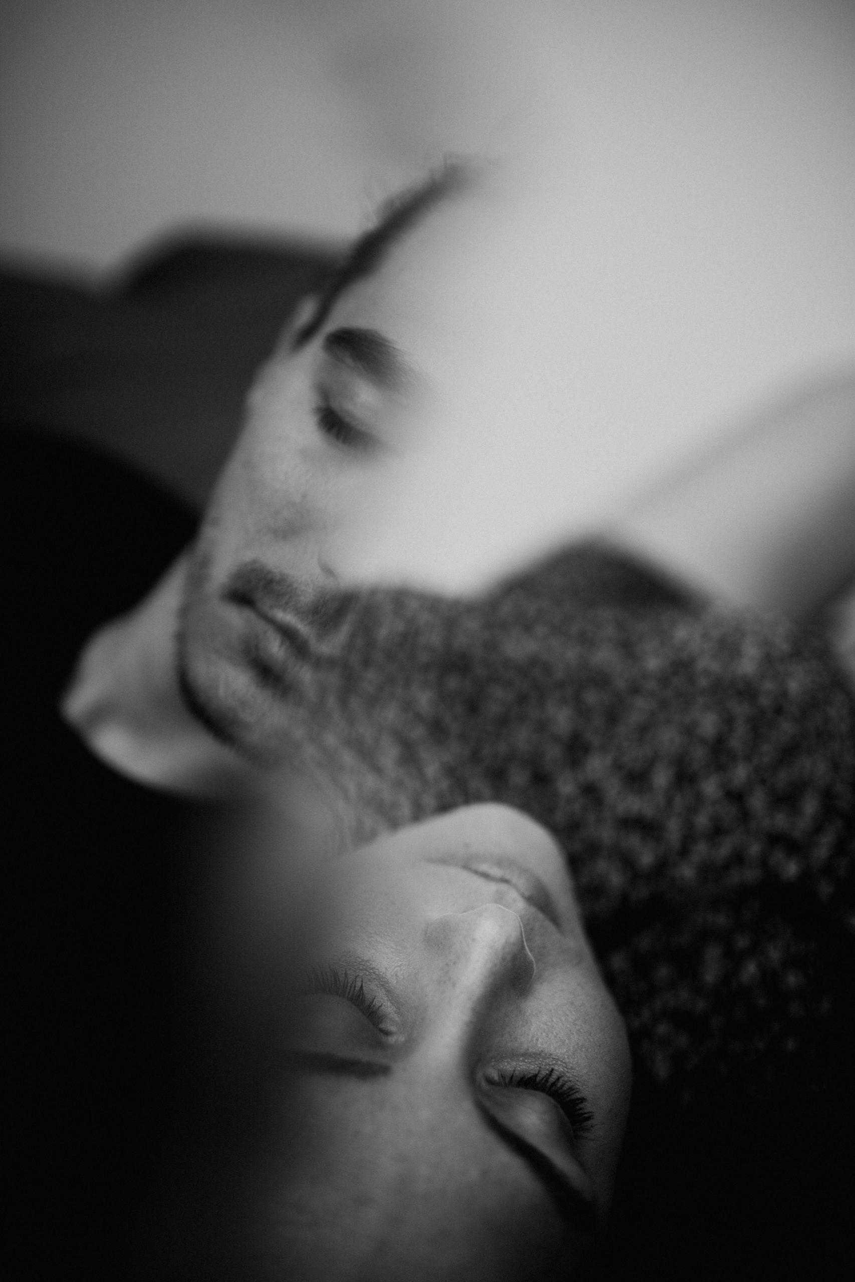 autoportraits confines 7 scaled - Confinement créatif, notre séance autoportrait en couple.